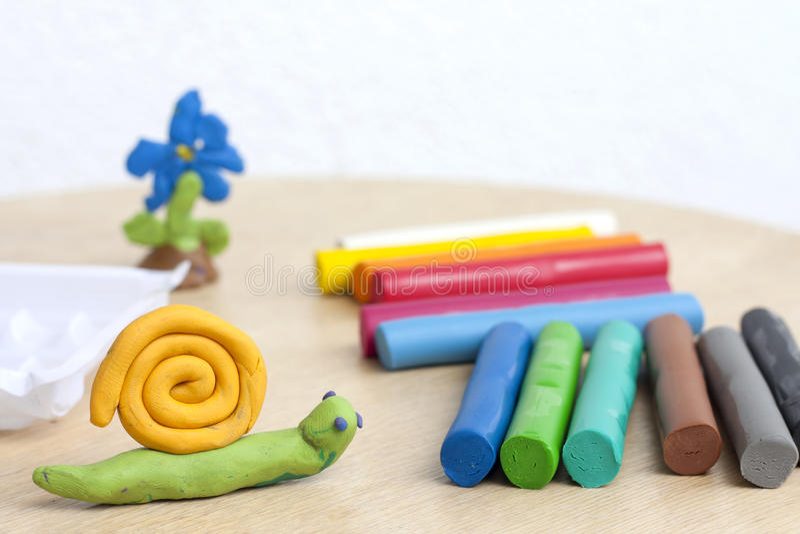 在桌上的彩色塑泥有蜗牛摘要背景 免版税库存图片