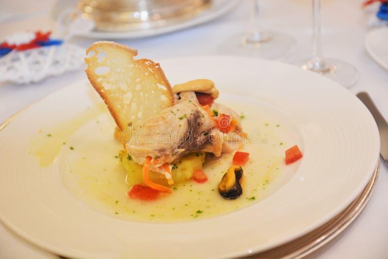 在桌上的意大利鲜美食品开胃菜箭鱼盘 免版税图库摄影