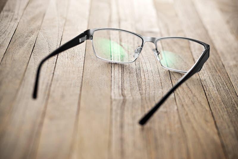 在桌上的放大镜 免版税库存照片