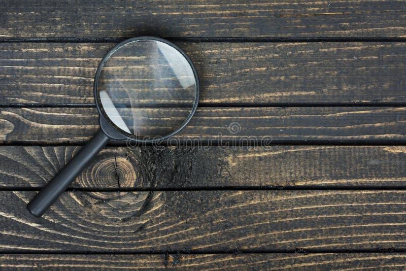 在桌上的放大镜 库存图片
