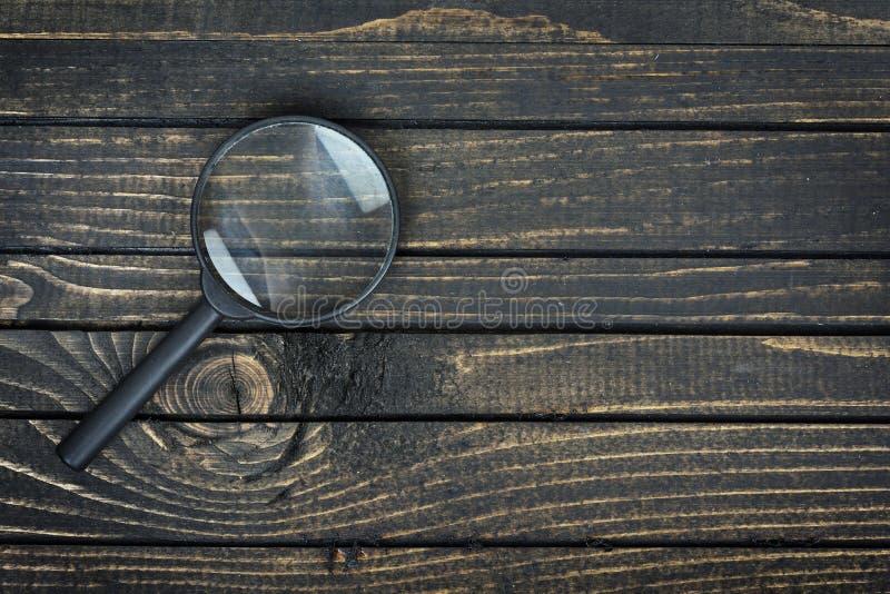 在桌上的放大镜 免版税库存图片