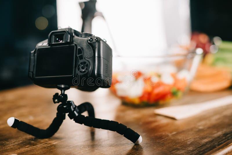 在桌上的数字照相机用沙拉 免版税库存图片