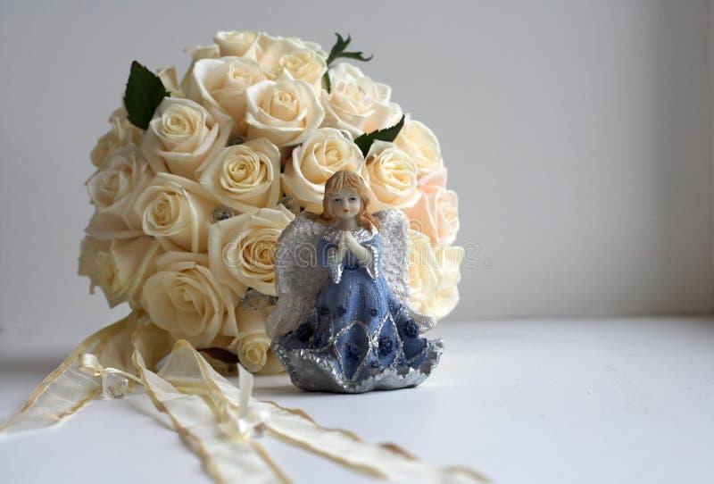 在桌上的新娘的圆的花束在屋子里 免版税图库摄影