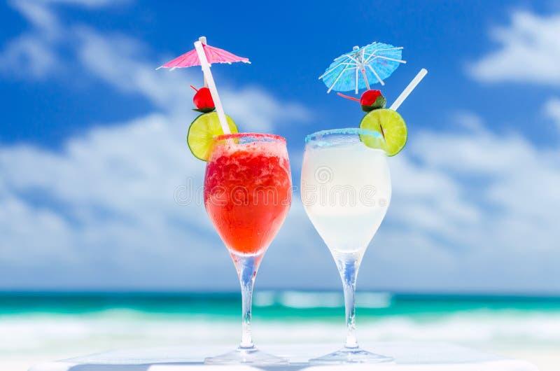 在桌上的新鲜的玛格丽塔鸡尾酒反对热带绿松石海在加勒比海 免版税库存图片