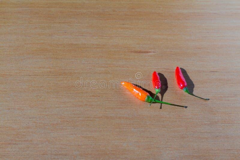 在桌上的新鲜的红色西红柿 库存照片