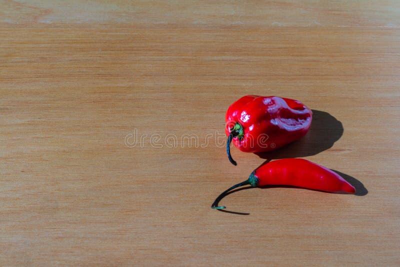 在桌上的新鲜的红色西红柿 免版税库存图片