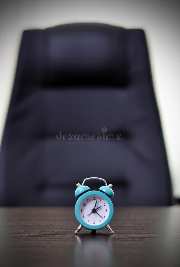 在桌上的时钟 免版税库存照片