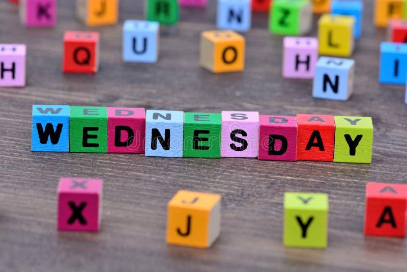在桌上的星期三词 库存图片