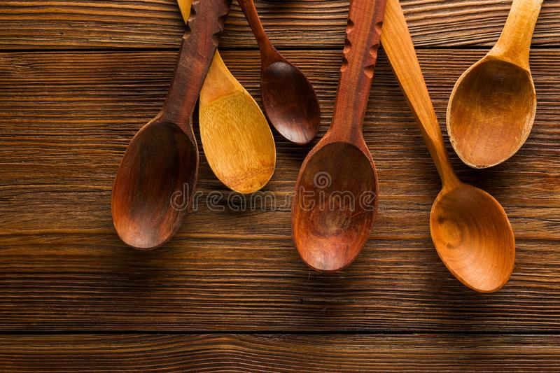 在桌上的木匙子 免版税库存图片