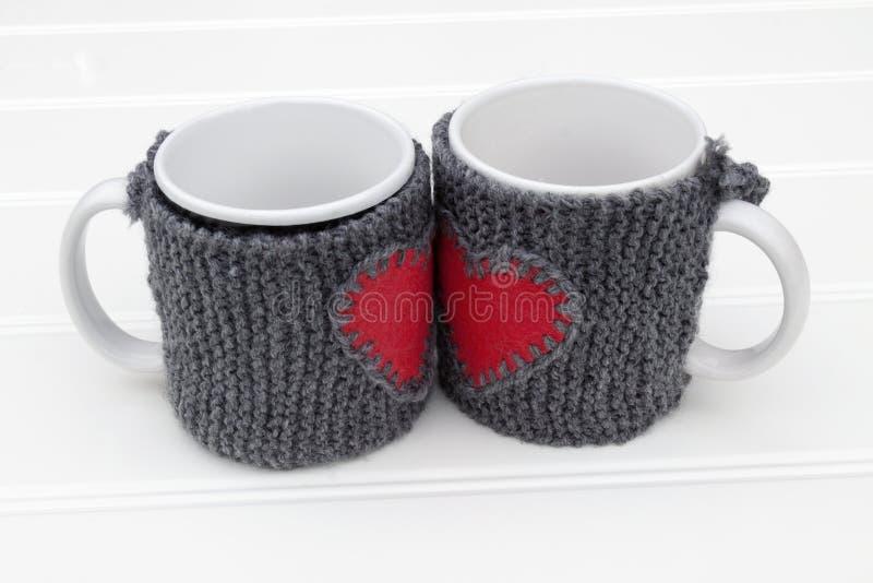 在桌上的杯子取暖器 免版税库存图片