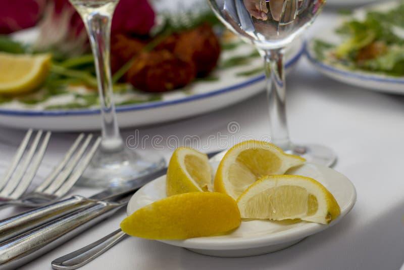 在桌上的柠檬切片 免版税图库摄影