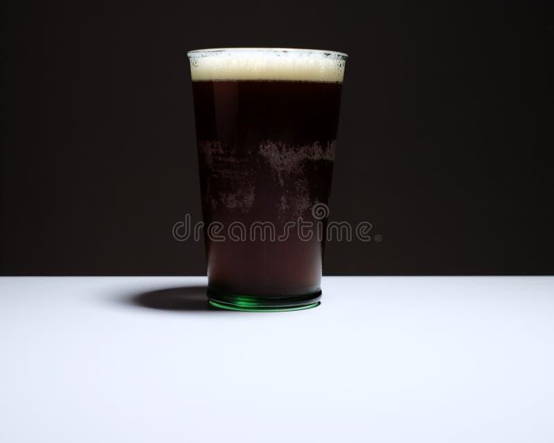 在桌上的比利时强麦酒 免版税库存图片