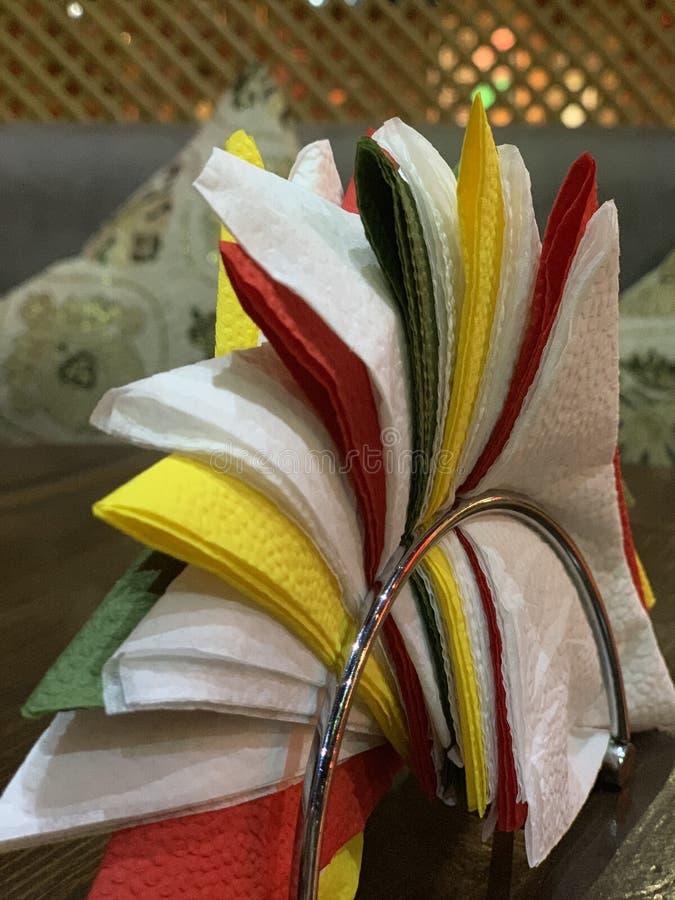 在桌上的毛巾纸在餐馆 库存照片