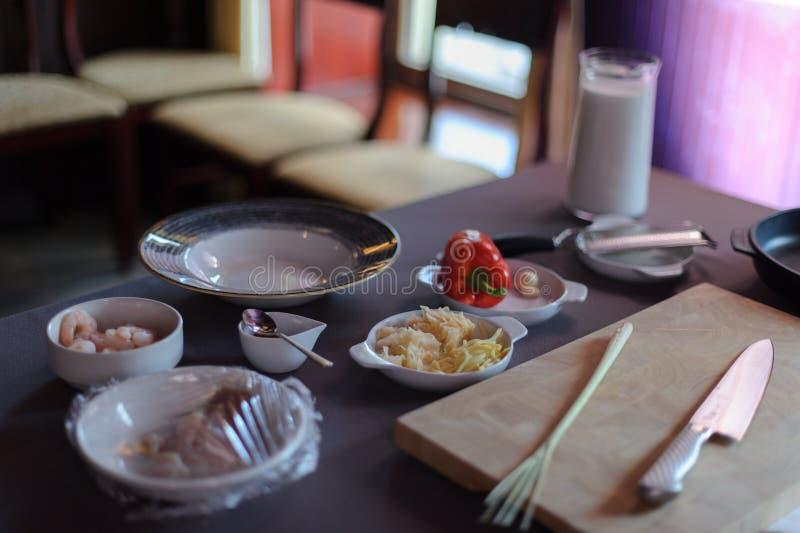 在桌上的汤成份 免版税库存照片
