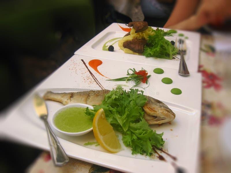 在桌上的沙拉在餐馆 免版税库存图片