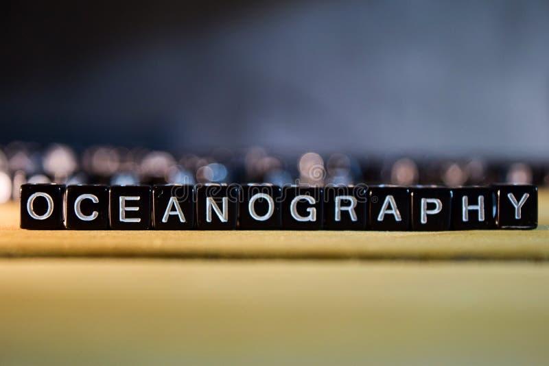 在桌上的海洋学概念木块 免版税库存照片