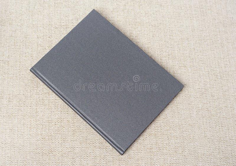 在桌上的灰色书 免版税库存照片