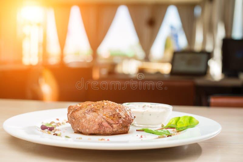 在桌上的热的盘牛排在餐馆 免版税图库摄影
