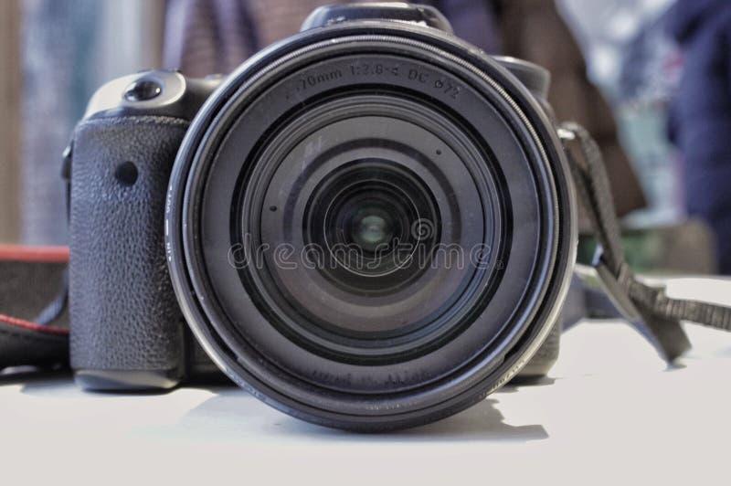 在桌上的照相机,透镜的看法 免版税库存照片