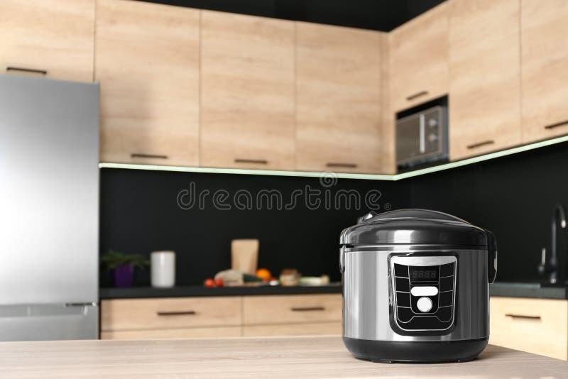 在桌上的现代多烹饪器材在厨房里 免版税库存照片