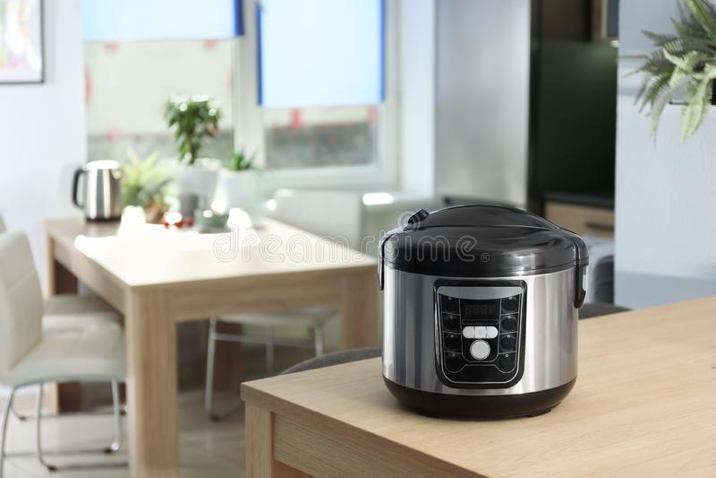 在桌上的现代多烹饪器材在厨房里 库存照片