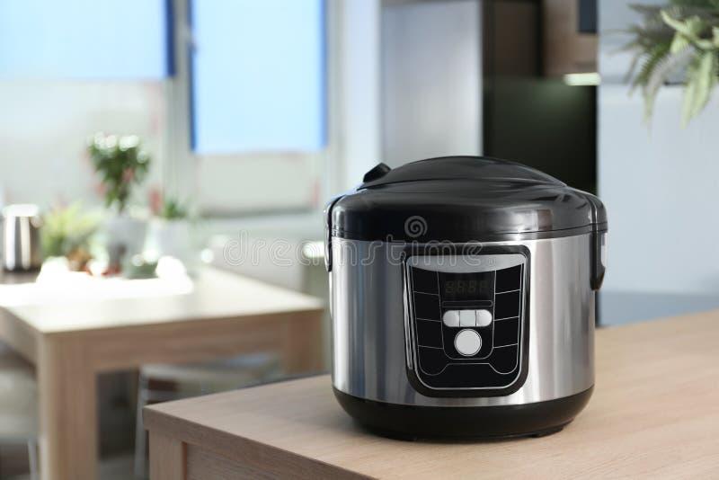 在桌上的现代多烹饪器材在厨房里 库存图片