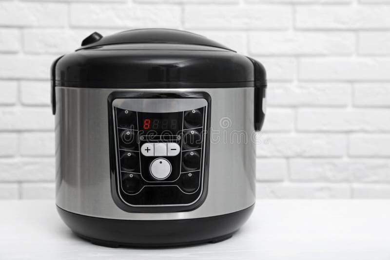 在桌上的现代电多烹饪器材 库存照片