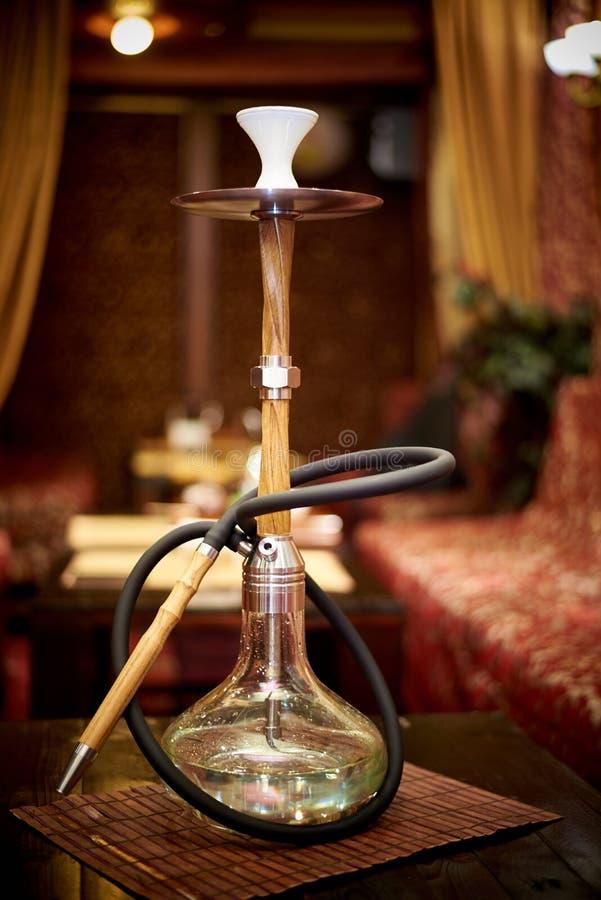 在桌上的玻璃水烟筒 免版税库存图片