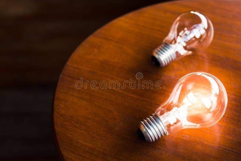 在桌上的电灯泡 图库摄影