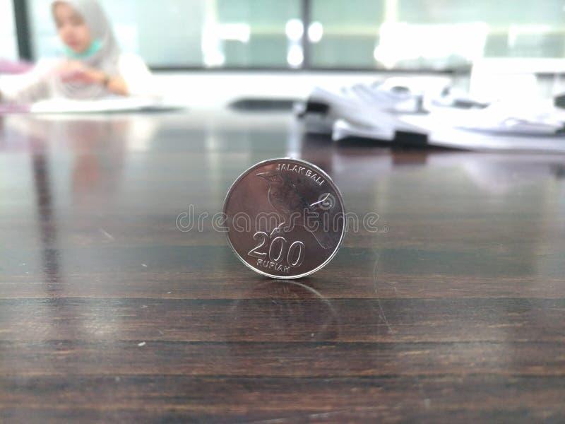 在桌上的硬币 库存图片