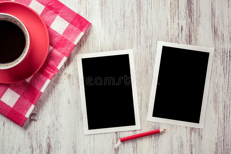 在桌上的空白的照片框架 免版税库存照片