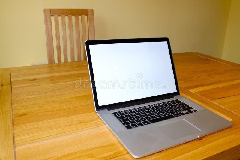 在桌上的空白的膝上型计算机 库存照片
