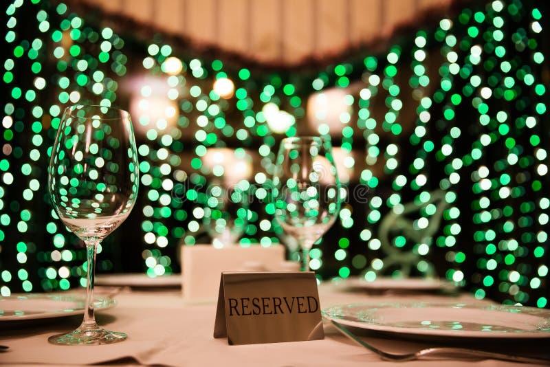 在桌上的空的玻璃在餐馆,在背景的bokeh 免版税图库摄影