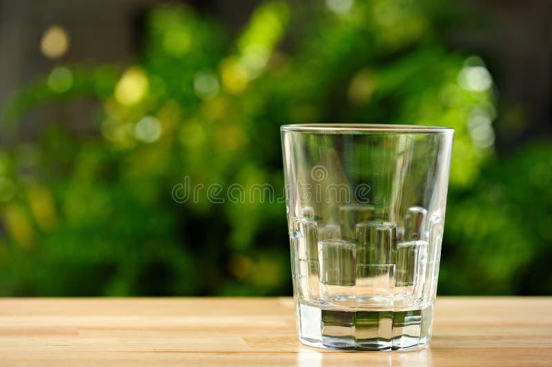 在桌上的空的玻璃 免版税库存照片