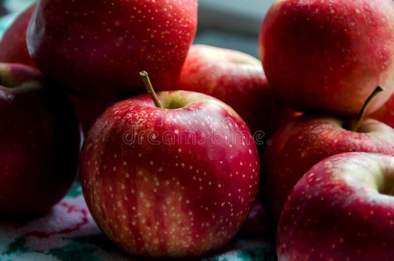 在桌上的红色,美味,水多的苹果 免版税图库摄影