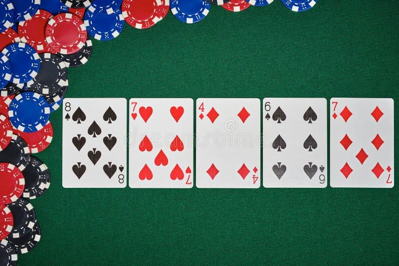 在桌上的纸牌筹码与卡片 免版税图库摄影