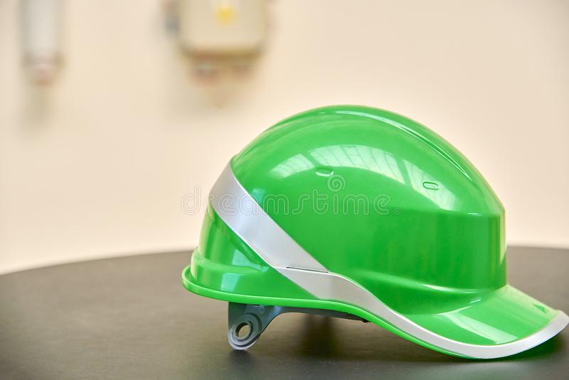 在桌上的绿色安全帽 免版税库存照片