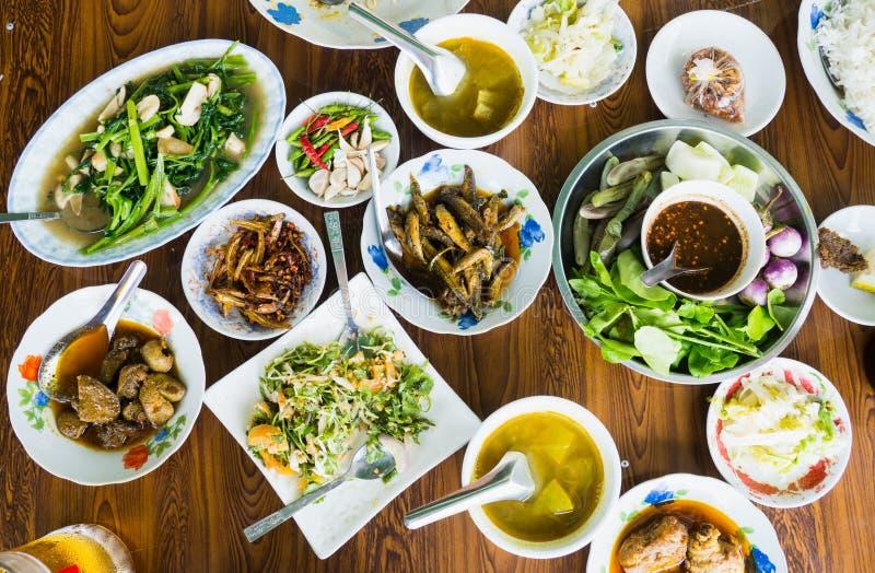 在桌上的缅甸食物 免版税库存照片
