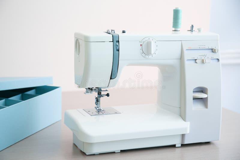 在桌上的缝纫机在裁缝` s 免版税库存照片