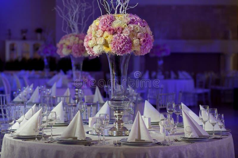 在桌上的美丽的花在婚礼之日 豪华假日背景 免版税库存图片