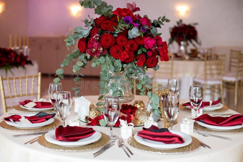 在桌上的美丽的花在婚礼之日 豪华假日背景 免版税库存照片