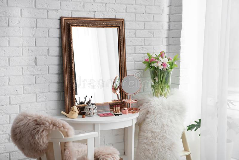 在桌上的美丽的镜子在现代屋子里 库存照片