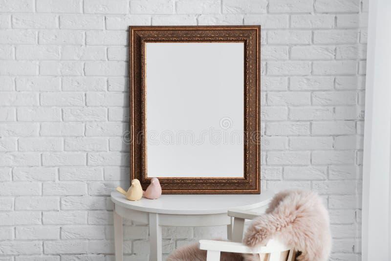 在桌上的美丽的镜子在现代屋子里 库存图片