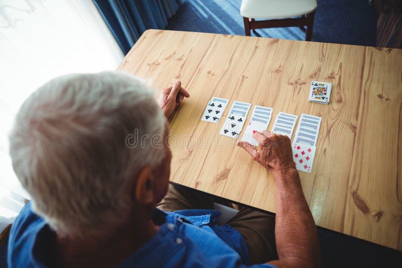 在桌上的老人纸牌 免版税库存图片
