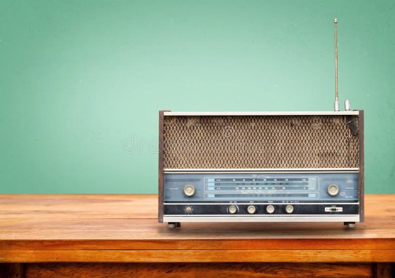 在桌上的老减速火箭的收音机 免版税库存照片