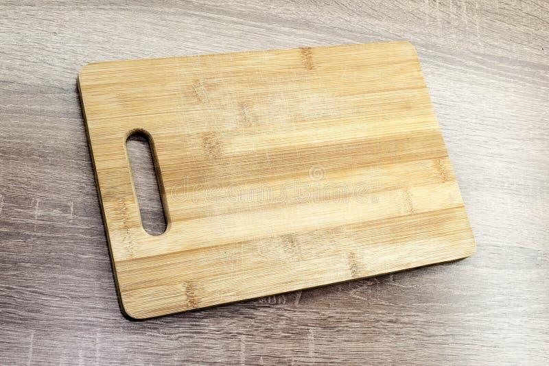 在桌上的老木切板 免版税图库摄影