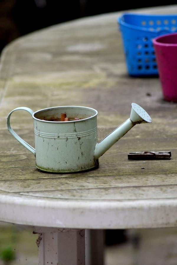 在桌上的老肮脏的罐 免版税库存图片