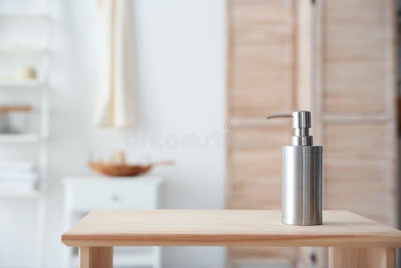 在桌上的肥皂分配器 免版税库存图片