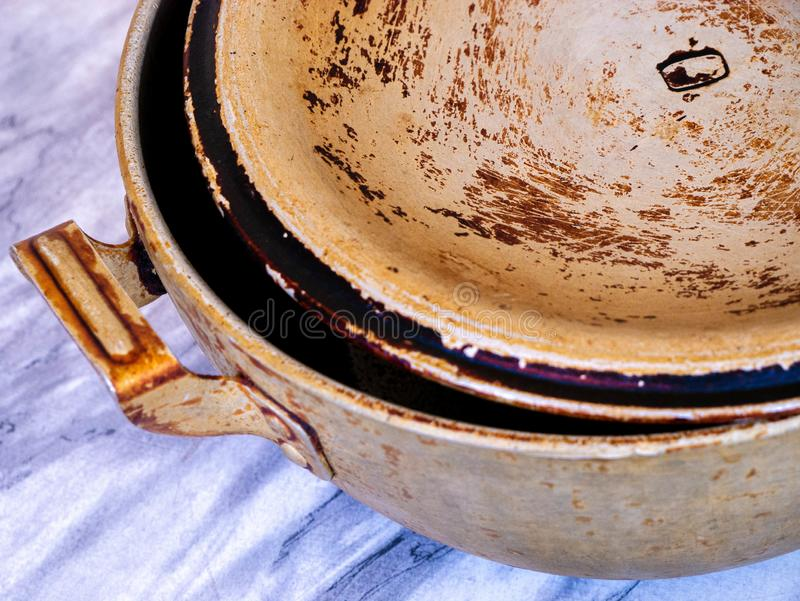 在桌上的肮脏的老罐在厨房里 库存图片