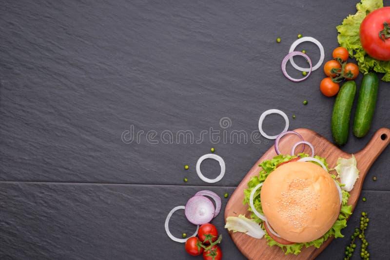 在桌上的自创汉堡 顶视图,拷贝空间,水平 免版税库存图片